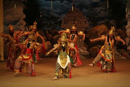 Kecuali malam minggu, penonton pentas Wayang Orang Sriwedari setiap harinya selalu sepi, rata-rata hanya 10 orang.